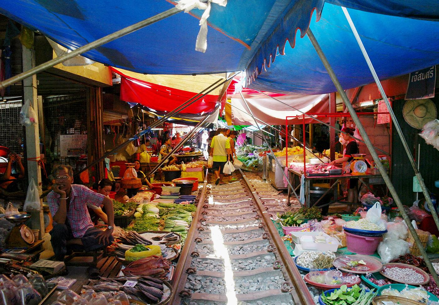 maeklong-railway-market-4