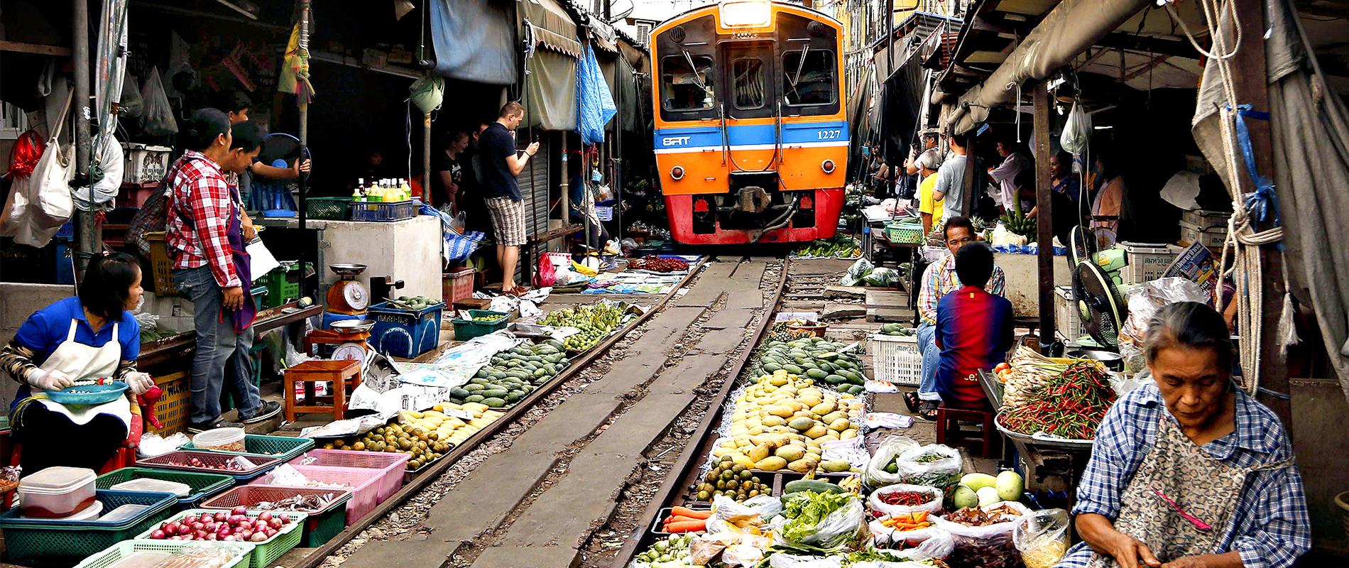 MaeKlong Railway Market, l'incredibile mercato sui binari del treno