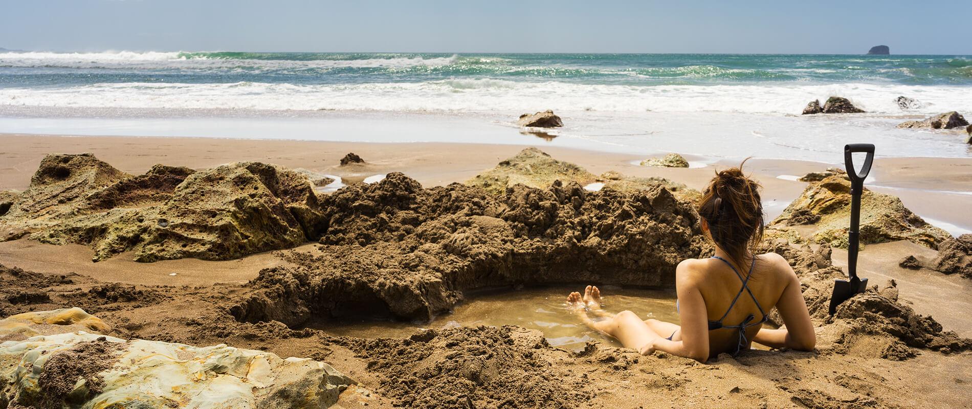 Hot Water Beach, la spiaggia dove è possibile scavare la propria piscina termale