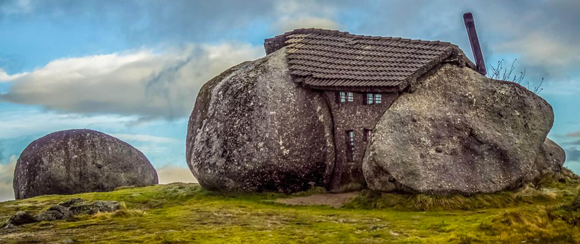 Casa do Penedo, the extraordinary stone house in Portugal