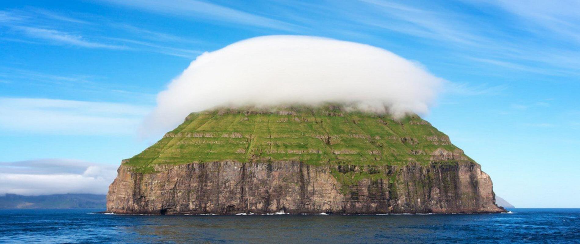 Lítla Dímun, l'isoletta avvolta da una soffice nuvola